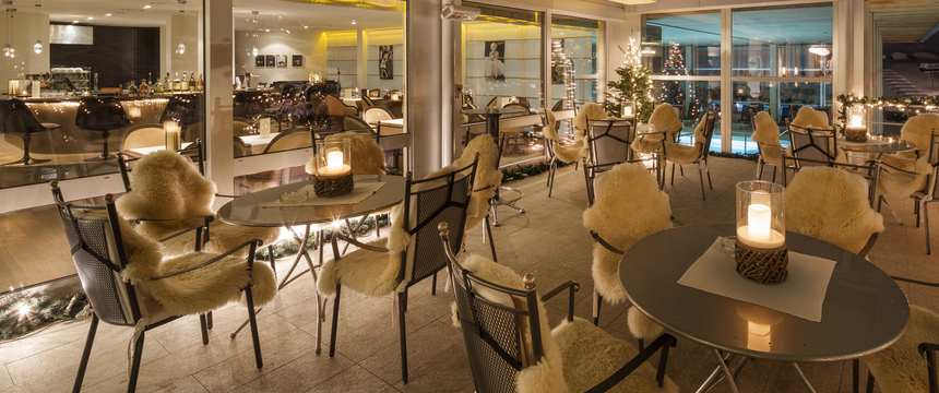 Beausite Park & Jungfrau Spa, Wengen, Bernese Oberland, Switzerland - hotel bar area.jpg